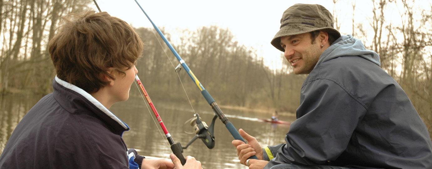 Vater und Sohn beim Angeln, Mecklenburgische Seenplatte