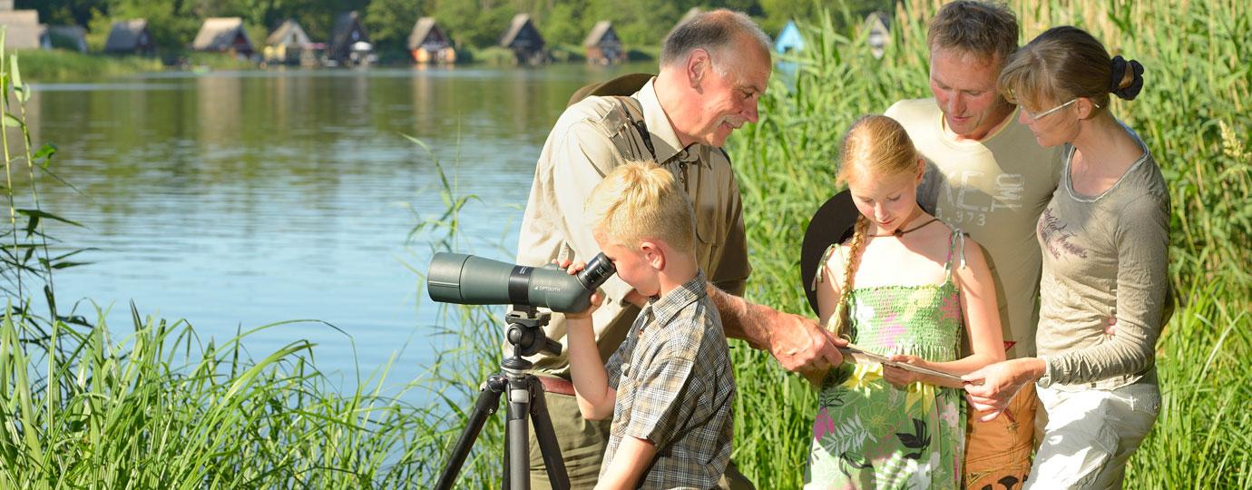Familie auf Entdeckungstour in der Natur, Mecklenburgische Seenplatte